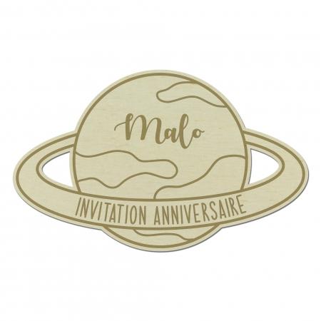 Invitation personnalisée anniversaire en bois planète Saturne Collection Vers l'infini...