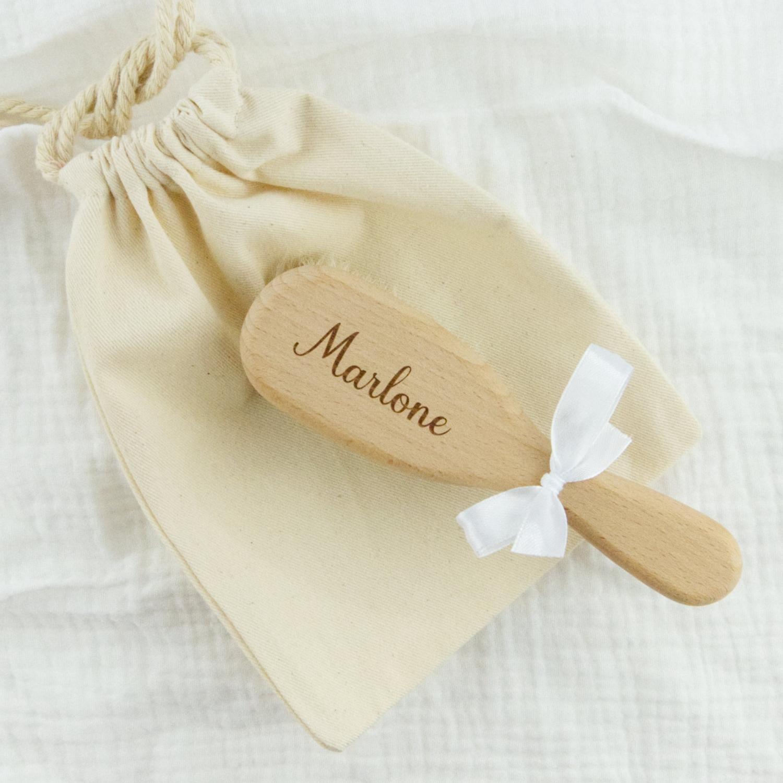 Brosse à cheveux bébé personnalisée en bois de hêtre naturel non verni.