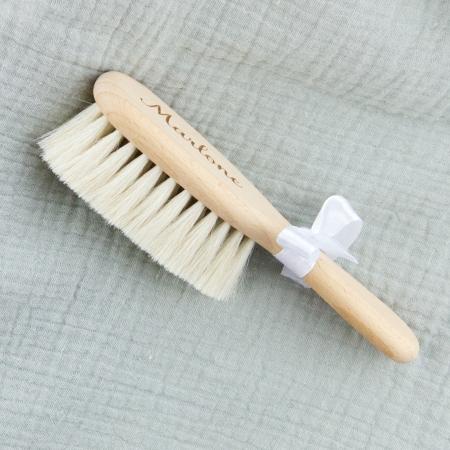 Brosse à cheveux bébé personnalisée en bois de hêtre naturel non verni, vue de côté.