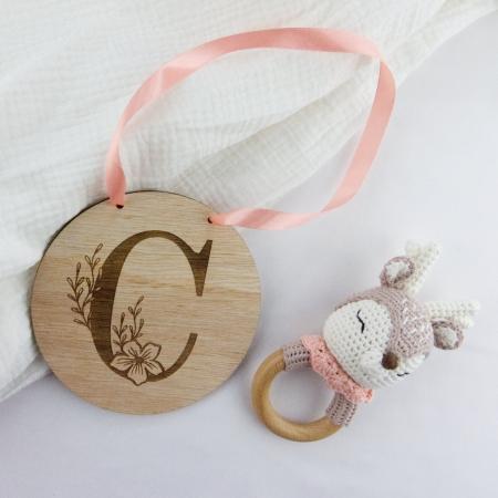 Enseigne murale personnalisée bébé enfant initiale fleurie en bois d'okoumé.