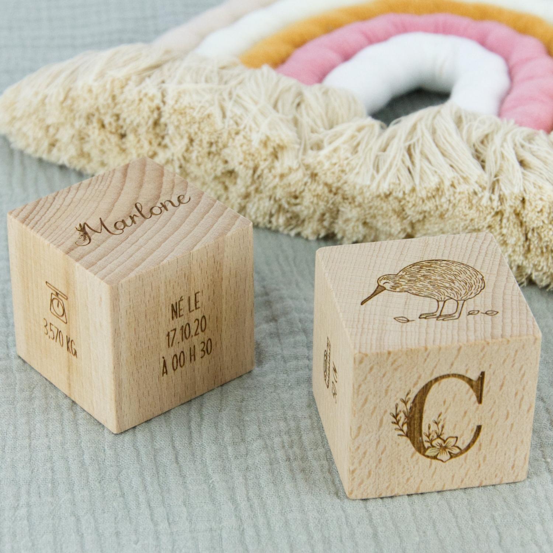 Cube en bois de hêtre personnalisé souvenir cadeau de naissance.